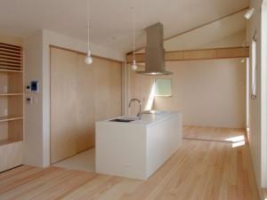 白い塗装扉、白い人大天板のアイランドキッチン。