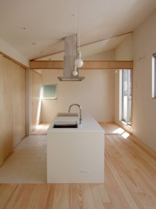 勾配天井に合わせてレンジフードのダクトカバーを特注しました。