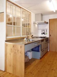 メラミン扉、ステンレス(バイブレーション)天板の一列型キッチン。