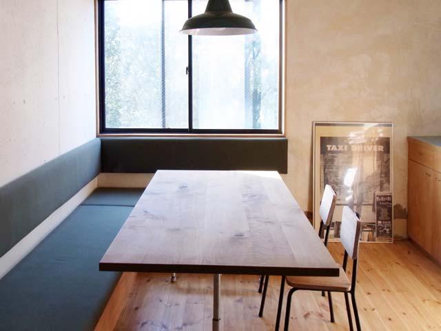 ダイニングのソファーはなんとコメダのソファーと同じ寸法です。座の下は収納になってます。テーブルの脚はガス管で製作しました。