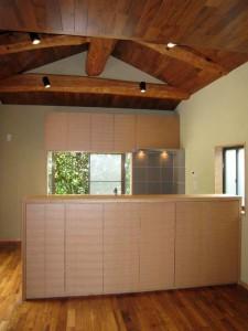 ナラ突き板のウレタンクリア塗装扉、ステンレス天板の二列型キッチン。
