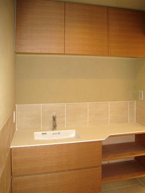 洗面の扉もキッチンと同じナラ突き板ウレタンクリア塗装、天板は白い人大です。天板が変わるだけでがらりと雰囲気が変わります。