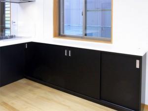 リビングカウンター収納は狭い空間でも使いやすい引き違い扉にしました。