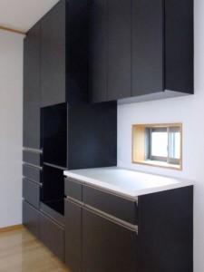バックカウンターは電子レンジや炊飯器を置く場所を確保して大容量の収納です。