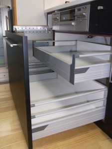 引出レールはブルムのフルスライドブルモーション機能付(静かにゆっくり閉まります)。重い調理器具をたくさん収納してもスムーズです。