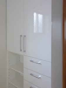 リネン庫は清潔感のある白を選択。陶器調の鏡面メラミンで表面が少しデコボコしていて表情があります。