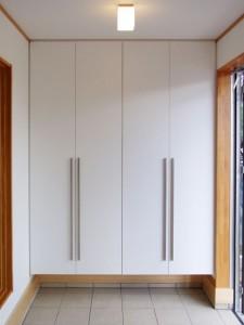 玄関の下駄箱は壁と同じ白にしました。ロング取手を付けてシャープなイメージに。