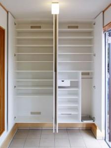 天井高いっぱいの下足収納。靴のサイズに合わせて棚を可動でき、傘やブーツも収納できます。