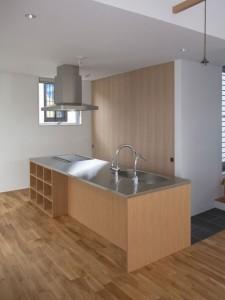 ナラ突き板扉、ステンレス天板のアイランドキッチン。
