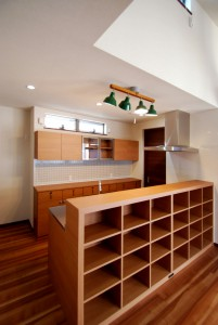 メラミン扉とステンレス(バイブレーション)天板の一列型キッチン。キッチン裏側のオープン収納、バックカウンターも設置し大容量の収納です。