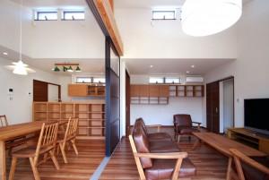 キッチン隣のリビング収納も同じ面材で作ったので、一体感があります。