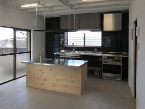 スチール脚とステンレス(ヘアーライン)天板の一列型キッチン